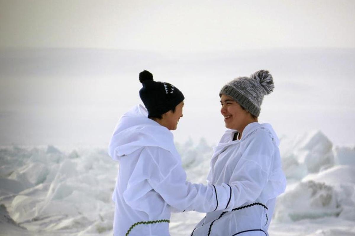 SUNDANCE / WAPIKONI : Deux adolescentes inuits tournent un premier film qui fera sa première mondiale à Sundance.