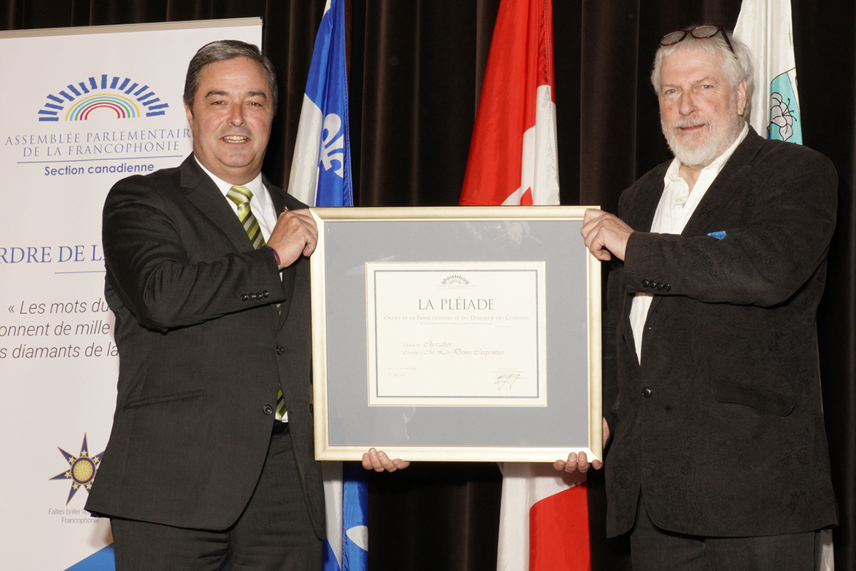 Joël Godin, député de Portneuf décore M. Léo Denis Carpentier de l'Ordre de la Pléiade